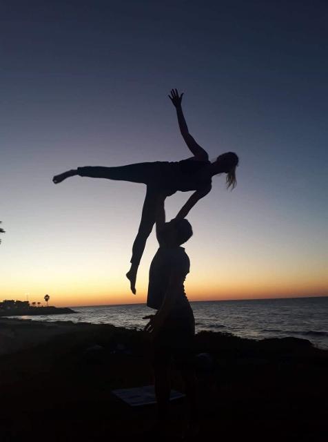 Acroyoga na pláži v Haifě