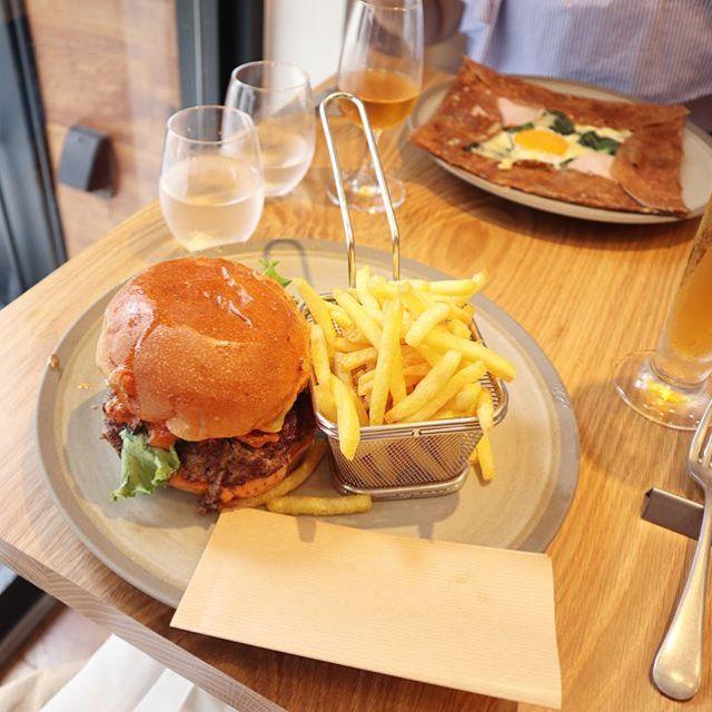 ガレットではなくハンバーガーをいただく。ビールに山盛りポテト。お肉やわらかくておいしい! (Instagram)