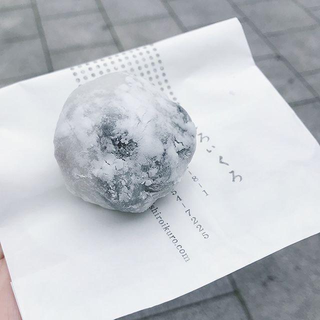 しろいくろの豆大福を移動途中につまみ食い。お土産に買ったロールケーキも美味しかったー麻布十番に行ったらまた行きたい。 (Instagram)