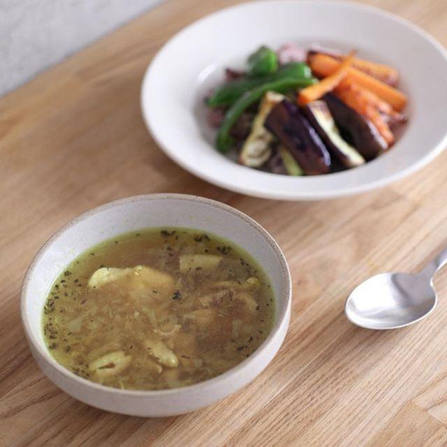 今週の夫作スパイスカレーは北海道風チキンのスープカレーに野菜の素揚げつき。焦がしバジルがポイントだそう。うまい! (Instagram)