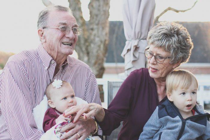 Seniors paisibles accompagnés de leurs petits-enfants