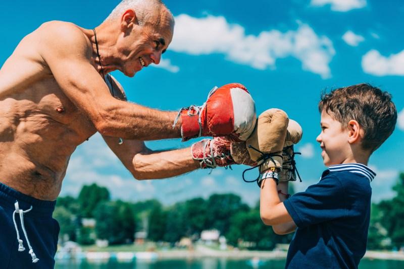 Jeunior pratiquant la boxe avec son petit-fils