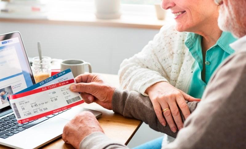 Senior réservant son billet d'avion sur internet