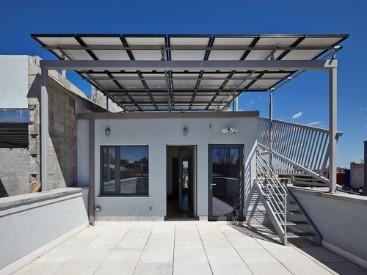 Luz natural, aire fresco y una generosa cantidad de espacio privado al aire libre: áticos, balcones y terrazas en cada unidad.