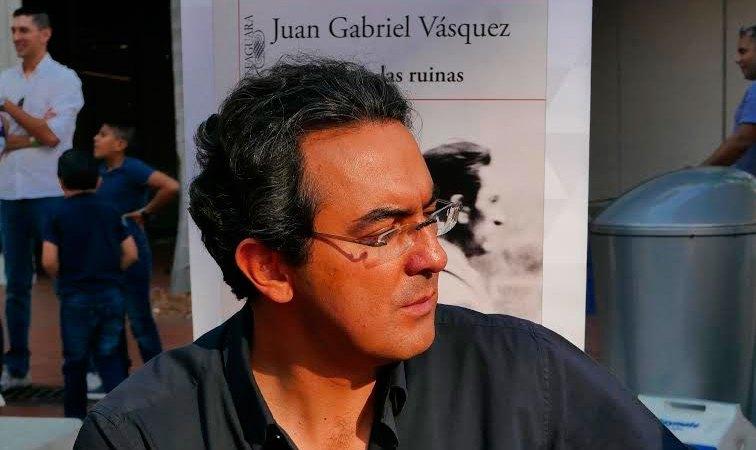 Escribir una novela es abandonar las certezas – Conversando con Juan Gabriel Vásquez | Letra Urbana