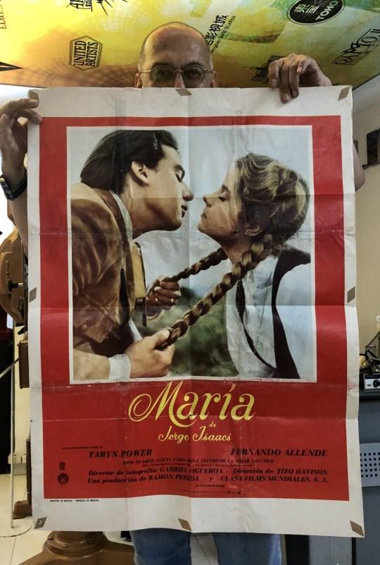 Hugo muestra el afiche original de María