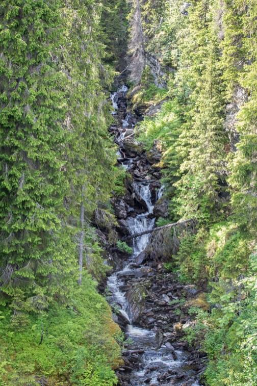 Ett fint vattenfall längs vägen
