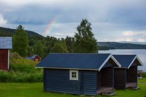 Regnbåge över campingstugorna