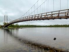 En av hängbroarna över Tärnasjön