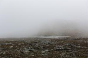 Den lilla smältvattensjön strax under Mullkas topp.