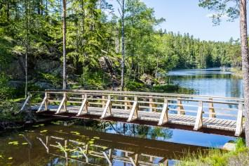 Bron över vattnet mellan Stora och Lilla Tresticklan