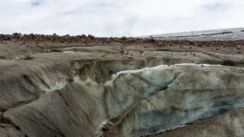Stora sprickor i glaciärisen