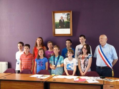Séance d'installation du CMJ, le vendredi 19 juin en salle du conseil en Mairie, aux côtés de Monsieur le Maire et d'Elina Godé Vandenbroucke, l'adjointe en charge du CMJ
