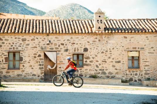 In bicicletta nel centro storico di Galtellì