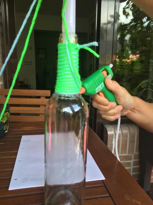 14-botellas-candelabro-decoradas-con-lana-nos-ayudamos-de-la-pistola-de-sicilona-para-que-la-cuerda-quede-bien-pegada