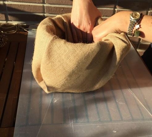 forramos el tiesto con saco