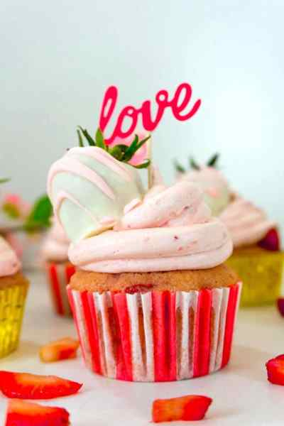 FRESH STRAWBERRY CUPCAKES WITH BUTTERCREAM recipe