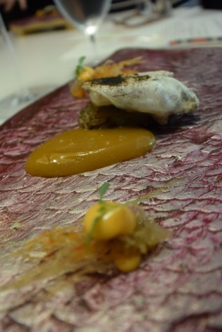 Crunchy nigiri of grilled cocotxa with bergamot and a creamy paella sauce