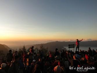 Touristes photographiant le lever de soleil au viewpoint Pananjakan du Mont Bromo
