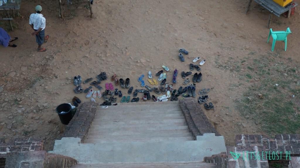 Buty przy wejściu do pagody Bulethi