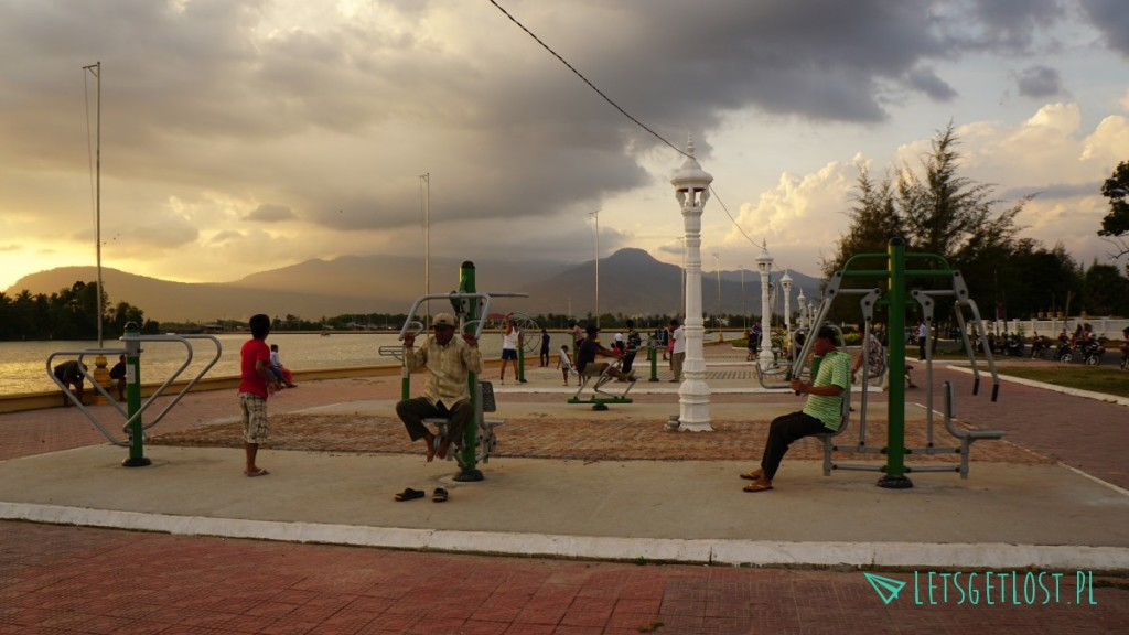 Ćwiczenia nad rzeką w Kampot
