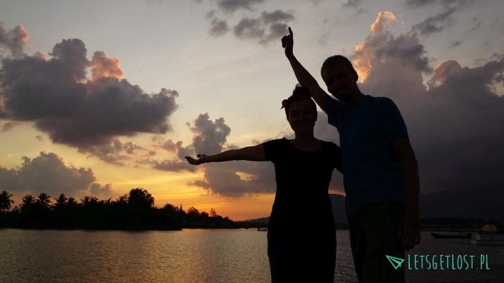My na tle zachodu słońca w Kampot w Kambodży