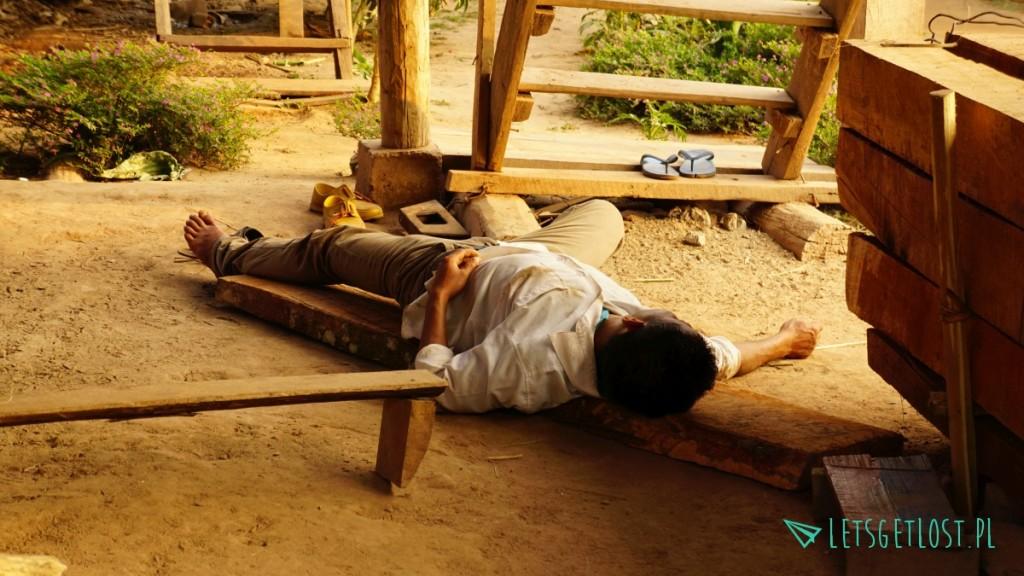 Pijany mężczyzna w Laosie