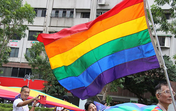 (圖片說明/象徵同志的六色彩虹旗。)