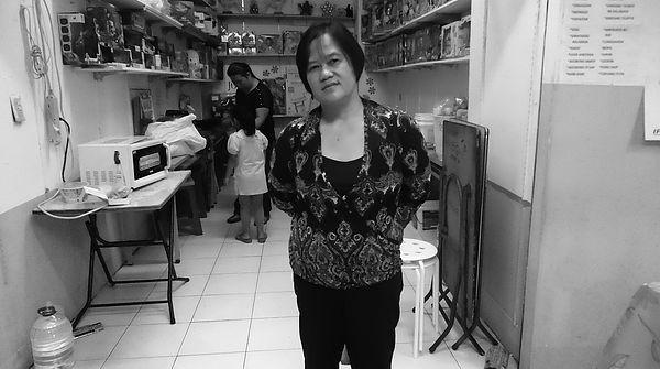 圖片說明/這張照片是我們再度來拜訪May阿姨時所拍下的。May阿姨特地在隔壁沙龍店染了一頭美麗的紅髮,希望讓我們可以拍到她美美的樣子。她說,要放上好看點的照片喔!
