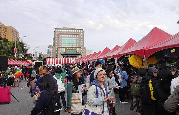 圖片說明/現場有許多攤位與人潮參與本次共生音樂節。