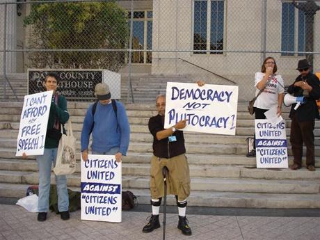 圖為對美國聯合公民案結果不滿的抗議民眾