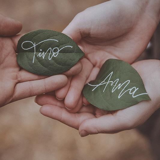 Beschriftung auf Blättern. Lettering DIY Idee für Hochzeiten