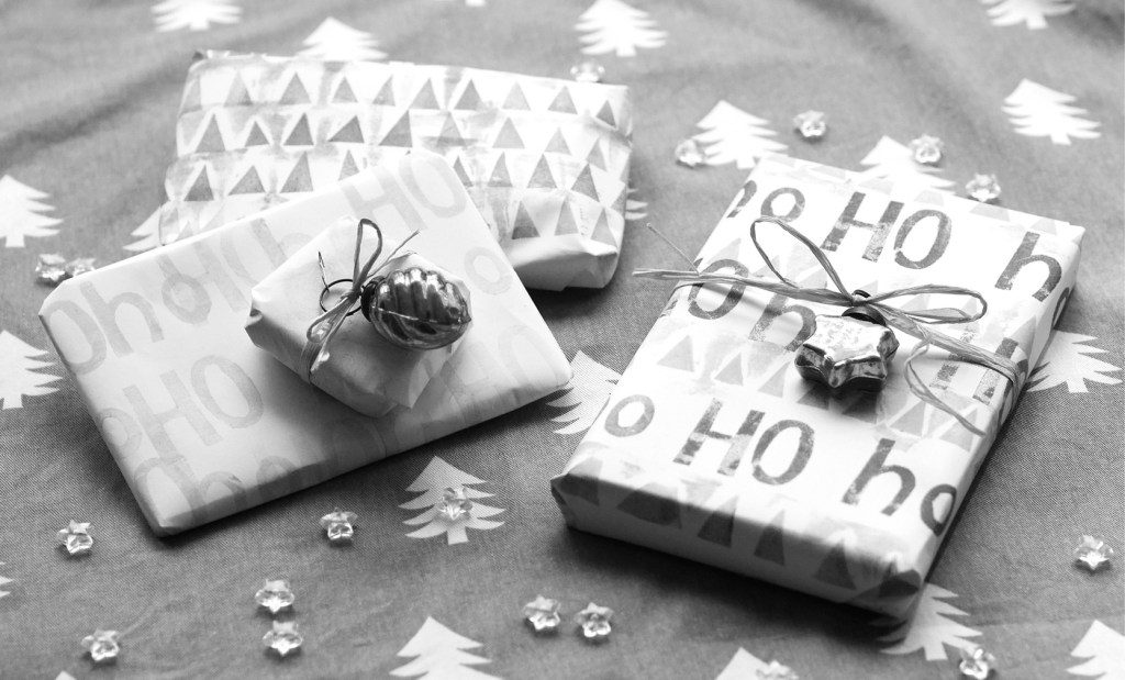 Hand Lettered Holiday Wrapping Paper – Apartment 406 Designs Tutorial