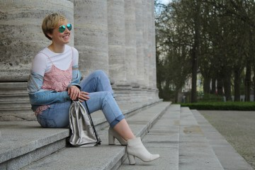 lettersbeads-fashion-sunny-face-jeans-uv-farbe-sonne-muster-sitting-laughing-off-shoulder-jeansjacke