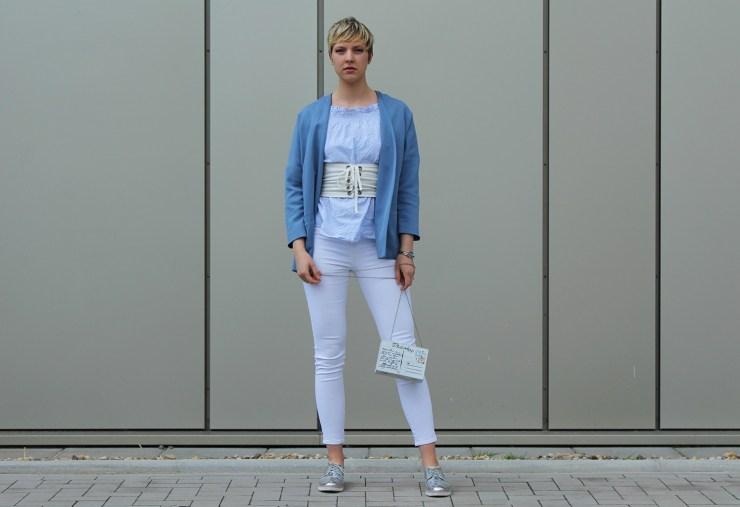 letters beads-fashion-weiße jeans-ganz-ohne-schwarz-sommerlook-handtasche-holz