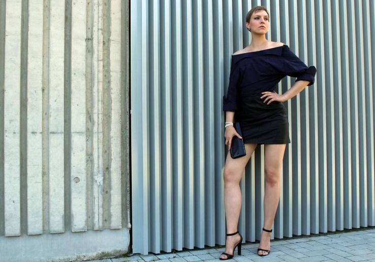 letters-and-beads-fashion-look-outfit-männerhemd-abendlook-lederrock-rückwärts-tragen-cool-stance