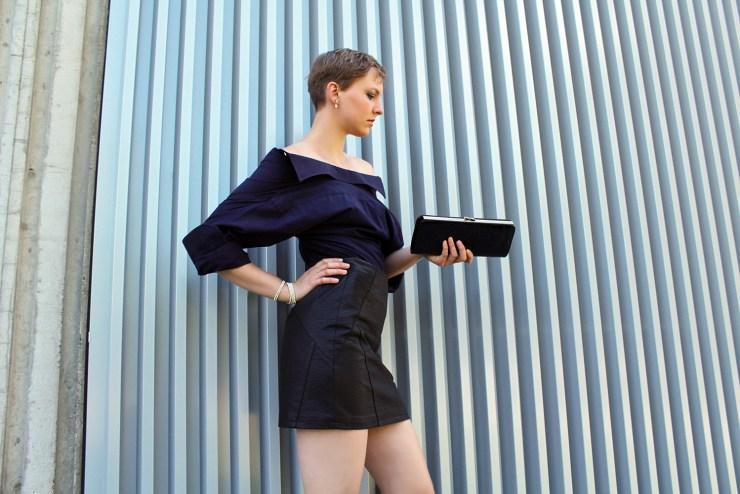 letters-and-beads-fashion-look-outfit-männerhemd-abendlook-lederrock-rückwärts-tragen-handtasche-silhouette