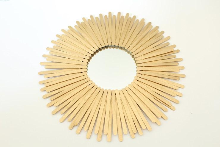 letters-beads-diy-interior-deko-spiegel-sonnenspiegel-holzstäbchen-pappe-ring-heissklebe-goldspray-rahmen