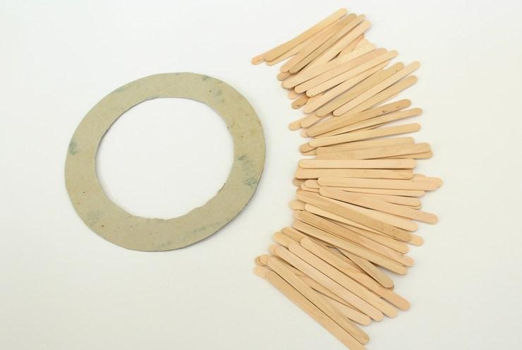 letters-beads-diy-interior-deko-spiegel-sonnenspiegel-holzstäbchen-pappe-ring-heissklebe