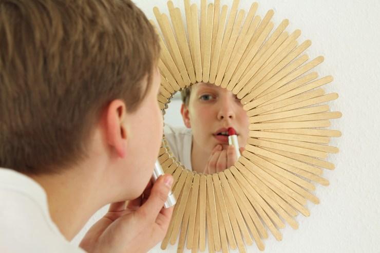 letters-beads-diy-interior-deko-spiegel-sonnenspiegel-holzstäbchen-wanddeko-schminkspiegel-goldener-rahmen