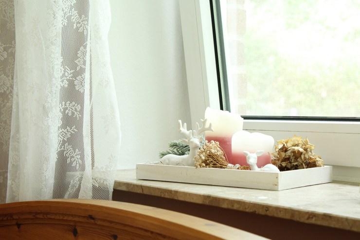 letters-beads-diy-interior-zimmer renovieren-streichen-alpina-alpinaweiß-freund-deckkraft-anstrich-schlafzimmer-akzent-farbe-fertig-bett-fensterbank-deko-vorhang