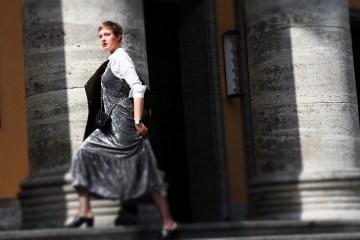 letters-beads-fashion-samtkleid-furore-mantel-herbstlich-laufen-treppen-mules-tilt-shift-title