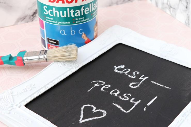 letters-beads-schultafellack-von-baufix-diy-memoboard-fertig-flatlay-detailansicht-baufix-farbdose-schwarz-tafellack-pinsel