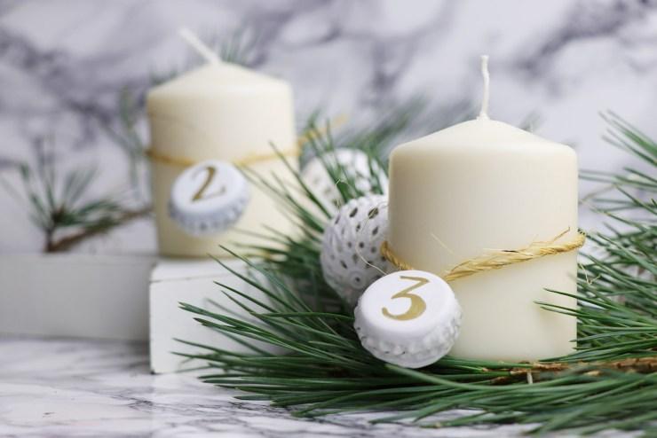 letters-and-beads-diy-weihnachtliche-kronkorken-anhänger-pilot-lackmarker-super-color-gold-nummeriert-adventskalender-adventskranz-dekoriert-kerzen
