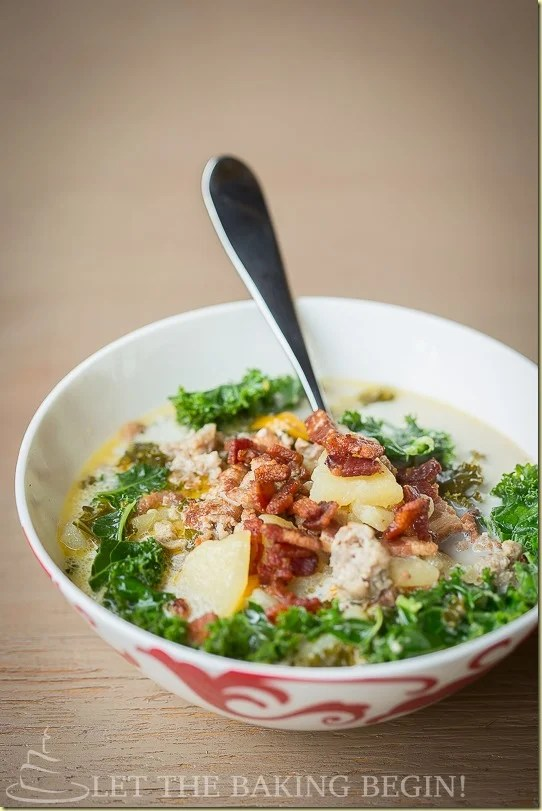 Zuppa Toscana (Olive Garden Copycat Recipe) - Full of flavorful meaty broth, bacon, fresh green kale and a slight kick of heat, this Zuppa Toscana will warm your belly and your soul this cold season. by LetTheBakingBeginBlog.com   @Letthebakingbgn