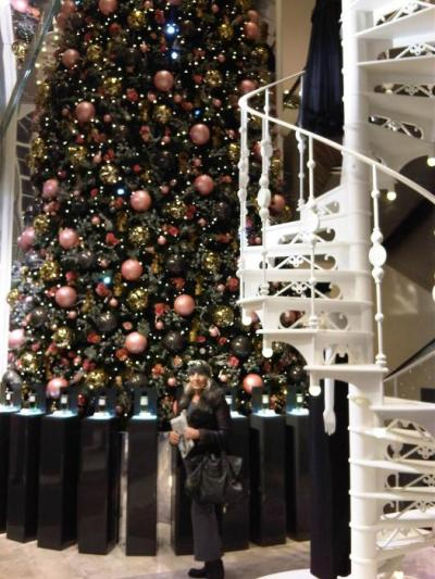 The Christmas tree with pink baubles at Printemps...