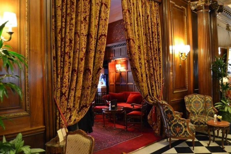 Hotel-Raphael-Paris-Bar-entrance
