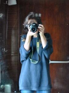 Io vestita di blu che fingo di saper fare foto nel bagno di un treno a vapore