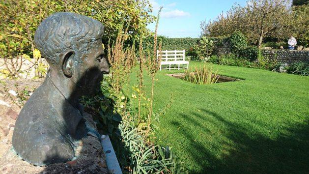 Monk's House, Rodmell, Virginia Woolf: giardino, busto di Leonard
