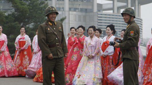 """""""Scene dal confine"""", un fotogramma estrapolato dal documentario  """"The propaganda game"""". E' qui che suona più falso.Questo è quello che  dovreste vedere al confine della zona demilitarizzata oltre la  quale c'è la Corea del Sud. Difficile crederlo."""